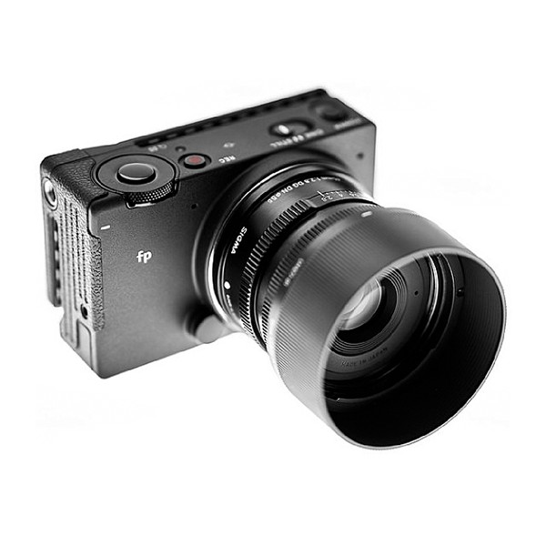 Sigma FP Mirrorless Digital Camera with 45mm F2.8 DG DN L- Mount Lens Kit